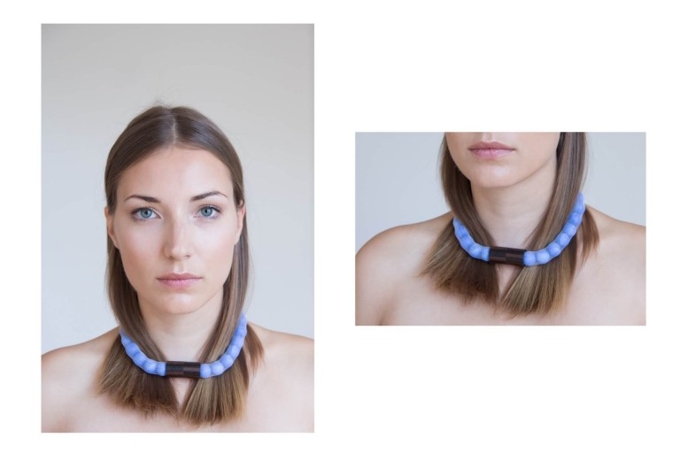 Adéla Pečlová | WOOD kolekce - náhrdelník eben modrý