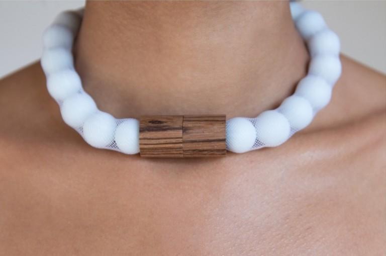 Adéla Pečlová | WOOD kolekce - náhrdelník zebrano bílý 02